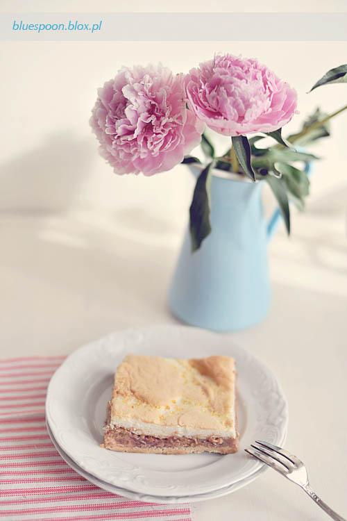 przepis na ciasto z rabarbarem i truskawkami z pianką (bezą)