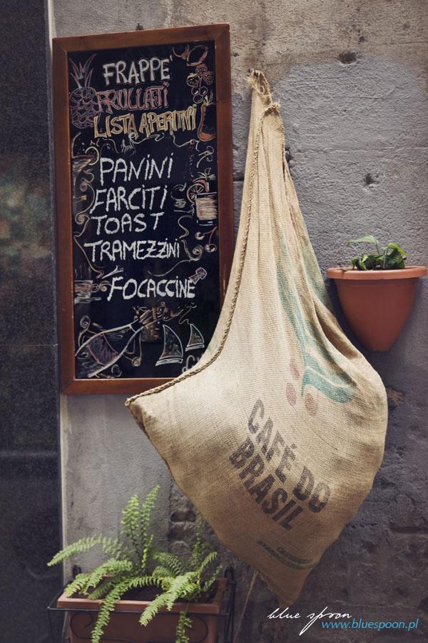 wejście do włoskiej kawiarni